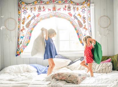 kids on natural bed, pillow batle